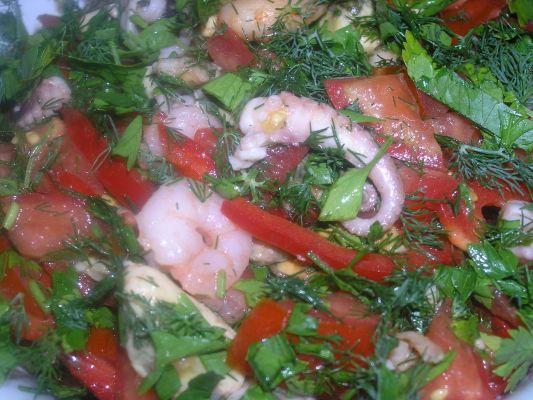 Салат из морепродуктов с помидорами