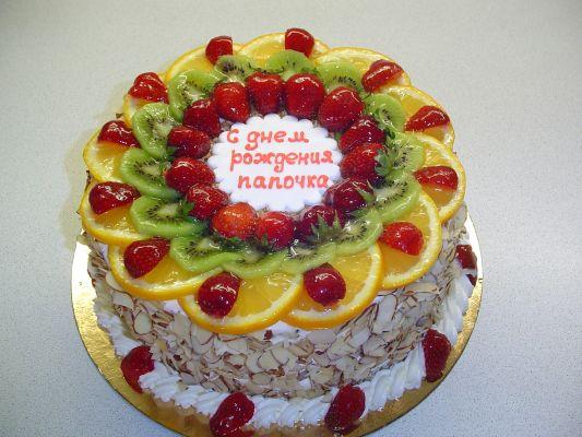 Украшаем торт сливками и фруктами